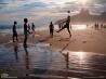 イパネマのビーチでボール遊び (ブラジル・リオデジャネイロ)