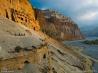 険しい斜面を進む洞窟調査隊 (ネパール・ムスタン郡)
