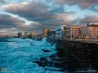 海が荒れ、波をかぶるマレコン通り (キューバ・ハバナ)