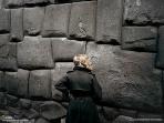 インカの壁を見つめる女性(ペルー、クスコ)