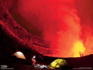 火口のそばでキャンプ