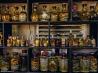 ヘビやトカゲの酒漬けが並ぶ食堂の棚 (ベトナム・ハノイ近郊のヘビ園)