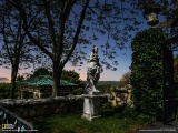 夜に映えるロックフェラー邸の庭園(米国ニューヨーク州)
