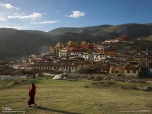 四川省の山に広がるリータン寺をめざすチベット仏教の僧侶