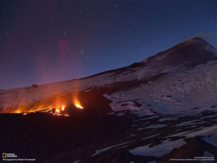 エトナ山から流れ出す溶岩(イタリア・シチリア島)