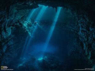 水中洞窟を探査するダイバー(メキシコ)