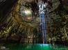 泉の奥へと下りていく考古学者(メキシコ)