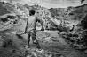 ワツアの鉱山で働く子ども。一帯は武装集団の支配下にある。