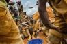 プルート金鉱で、米と豆を一つのバケツから順番に食べる少年たち。コンゴ東部の金鉱では、作業員の4割が子どもというところもあり、多くは民兵に強制徴用されている。