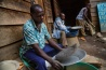 ニャビブウェにある錫石の買い付け業者のもとで、鉱物を選別する作業員たち。こうした鉱物は精錬のため、コンゴ国外へ出荷される。鉱山と電子機器メーカーを直接結ぶ供給システムが確立されれば、反乱グループに不当な利益をもたらすことのない、健全な鉱物取引のモデルを提示できるかもしれない。