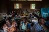 オリエンタル州のバビにある診療所で、届かない薬をむなしく待ち続ける患者たち。武装集団は村の鉱山を支配するだけでなく、慈善団体が診療所に近寄ることすら許さない。