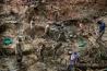 イトゥリ地方にあるサファランス金鉱で作業する人々。コンゴで産出される金は年間570億円以上の価値になるが、その多くはひそかに国外へ持ち出される。