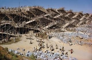 人海戦術でダム建設