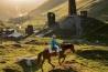 世界遺産に登録されているスバネティ地方のウシュグリ地区。この地に住むスバン人は、伝統的な生活を送る。道路が少ないため、馬は今でも頼りになる交通手段だ。