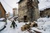 ウシュグリ地区に見られるこのような塔は、スバネティ地方全体で200基ほど残っている。戦争や襲撃、血の復讐の際の避難所として、主に9世紀から13世紀にかけて建てられた。現在では家畜用の干し草や雑穀の倉庫として使われている。