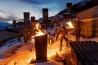たいまつに照らされながら親戚の墓に酒を注ぐムラヒ村の住民。真冬の儀式「ランプロバ」は、キリスト教の伝来以前からあるが、現在は教会暦に合わせ、復活祭の70日前に行われている。