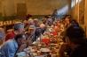 「スプラ」と呼ばれる宴会に集う親族や友人。男女は分かれて座る。この家の第一子の1歳の誕生祝いだ。来客や先祖にささげる乾杯のスピーチが何時間も続く。