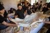死後40日目に故人の霊を送る儀式「オルモツィ」が、イパリ村で行われた。宴会では、テーブルクロスのように大きく伸ばしたチーズを載せたパンが振る舞われる。