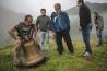 カラ村の祝祭で、重さ120キロ近くある鐘を鳴らそうと競い合う男たち。グルジア正教会の聖人クビリケとキリスト教以前の豊穣の神クビリアをたたえるために、グルジア全土から人々が集まる。