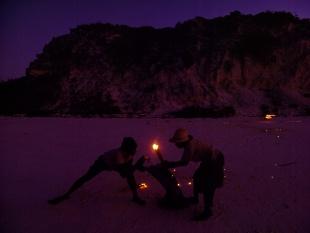夜を照らす松明、バハマ