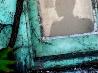 廃屋の窓に浮かぶシルエット